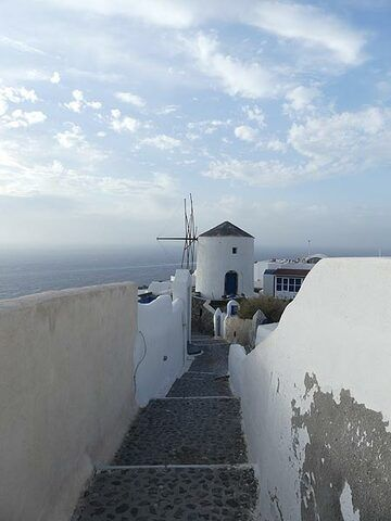 Traditional windmill at the end of a narrow street in the northernmost part of Oia. (Photo: Ingrid Smet)