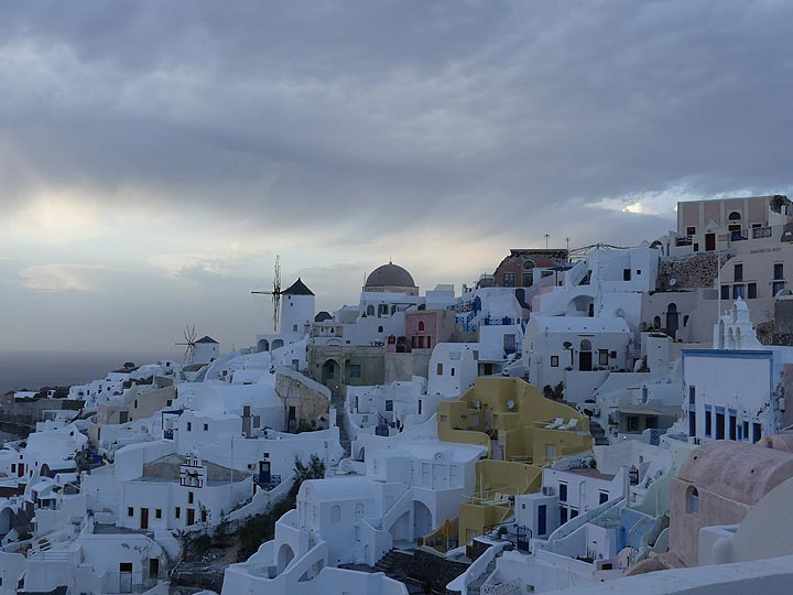 Traditional houses hugging one another and the upper parts of the caldera wall in Oia. (Photo: Ingrid Smet)