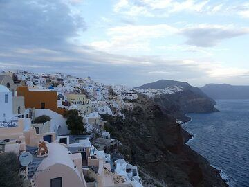 View across part of the central caldera wall from Oia. (Photo: Ingrid Smet)