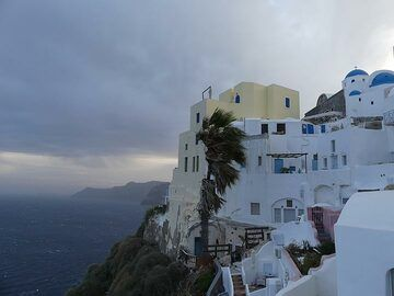 Windy afternoon atop the caldera cliffs in Oia. (Photo: Ingrid Smet)