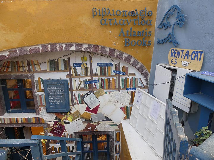 Colourful book shop and cat rental in Oia. (Photo: Ingrid Smet)