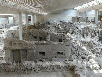 The prehisotic houses of Akrotiri were build over 3700 years ago yet show a very similar architecture to the current day traditional Aegean houses. (Photo: Ingrid Smet)