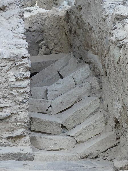 This staircase was damaged during the severe earthquake that preceded (and announced!) the catastraphic ca 1600 BC Minoan eruption that covered the entire island with volcanic deposits and made life impossible for at least a few decades afterwards. (Photo: Ingrid Smet)