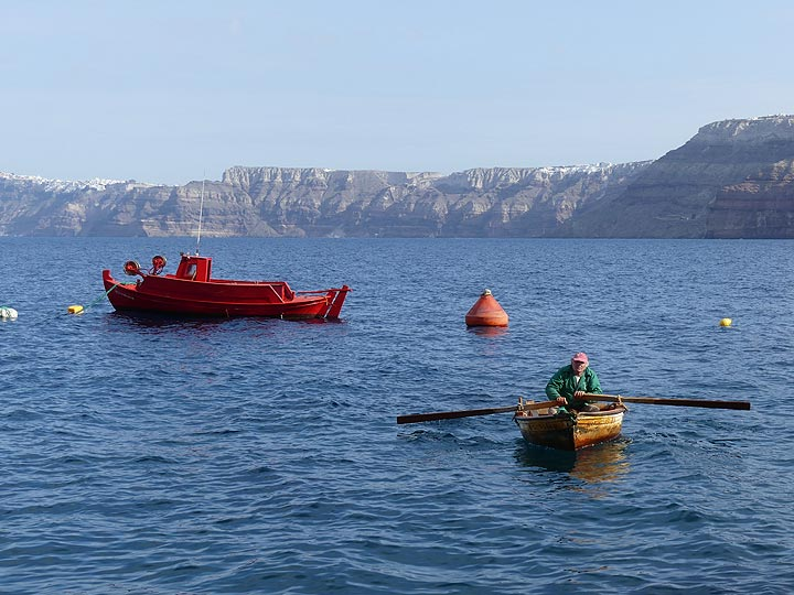 Transfer from the beach to our private red fishing vessel in a tiny rowing boat... (Photo: Ingrid Smet)