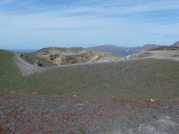 Winter time on Nea Kameni: small green and red plants cover the loose volcanic soils around the central craters. (Photo: Ingrid Smet)