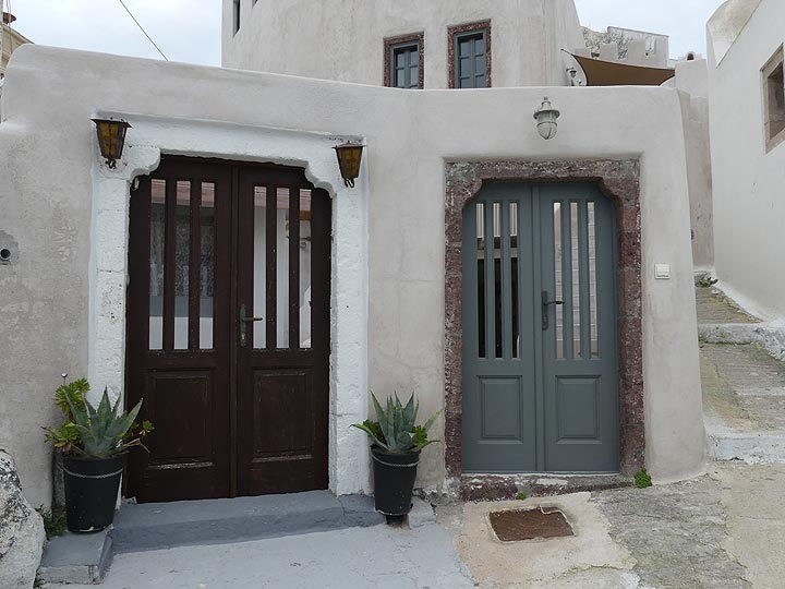 House entrances in the old part of Pyrgos village. (Photo: Ingrid Smet)
