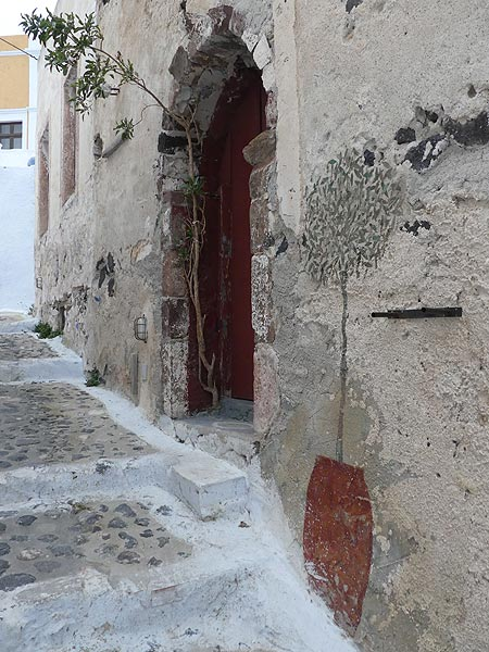 One of many narrow streets in the old part of Pyrgos. (Photo: Ingrid Smet)