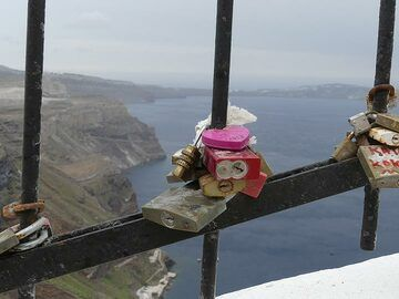 In recent times Santorini has become a very romantic destination, from honeymoons over Asian wedding ceremonies to heartshaped locks on the fences in Fira. (Photo: Ingrid Smet)