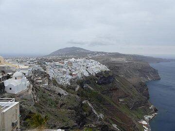 View from Firostefano towards Fira and Profitias Ilias mountain. (Photo: Ingrid Smet)