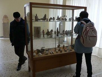 Exploring the exhibition at the Archaeological Museum of Thera. (Photo: Ingrid Smet)