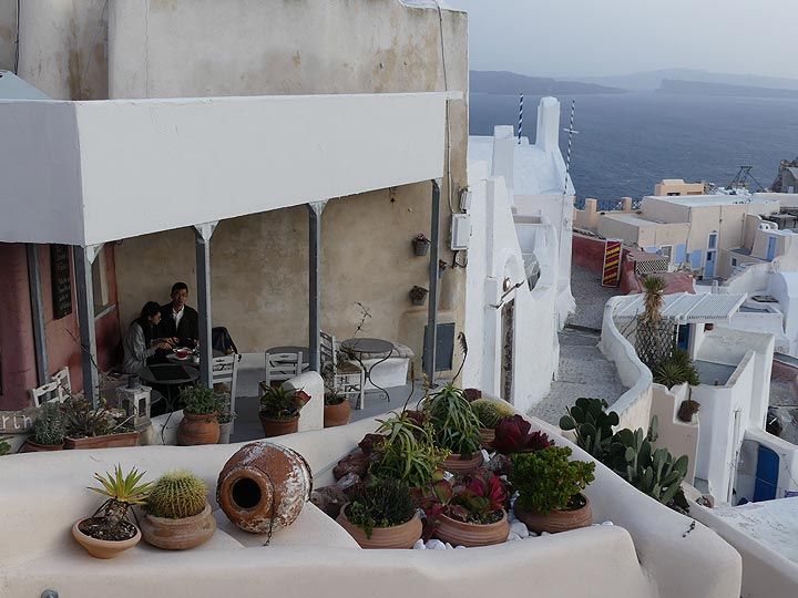 Little coffee shop with grand view in Oia. (Photo: Ingrid Smet)