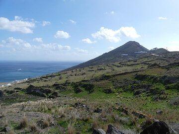 View towards the volcanic rock escarpement of Micros Profitis Ilias. (Photo: Ingrid Smet)