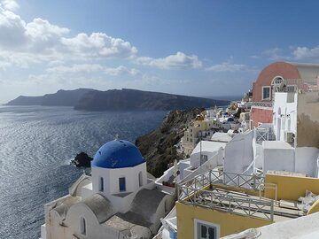 View from Oia towards Therasia. (Photo: Ingrid Smet)