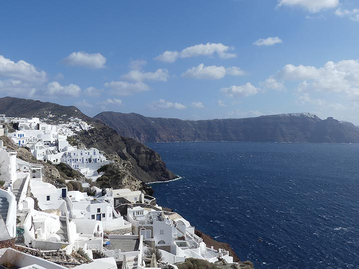View from Oia towards the central Thera caldera walls and Fira. (Photo: Ingrid Smet)