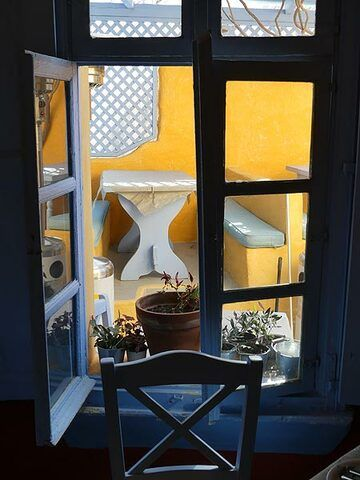 Cozy restaurant with excellent traditional food in Oia. (Photo: Ingrid Smet)