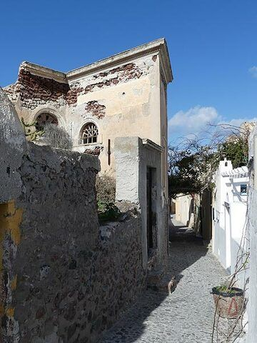 Only a few buildings are not yet restored after the catastrophic earthquake that hit the island in 1956. (Photo: Ingrid Smet)
