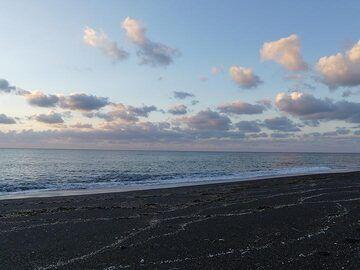 Dawn along the beach at Perrissa (Photo: Ingrid Smet)