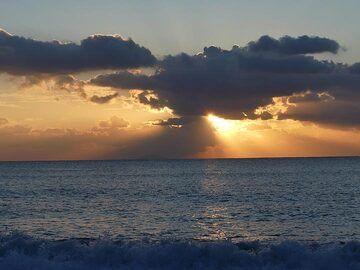Sunrise at Perissa beach (Photo: Ingrid Smet)