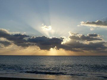 Rays of early morning sunshine radiating out from behind the clouds. (Photo: Ingrid Smet)