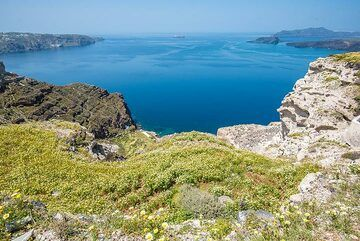 View of the caldera from Megalochori (Photo: Tom Pfeiffer)