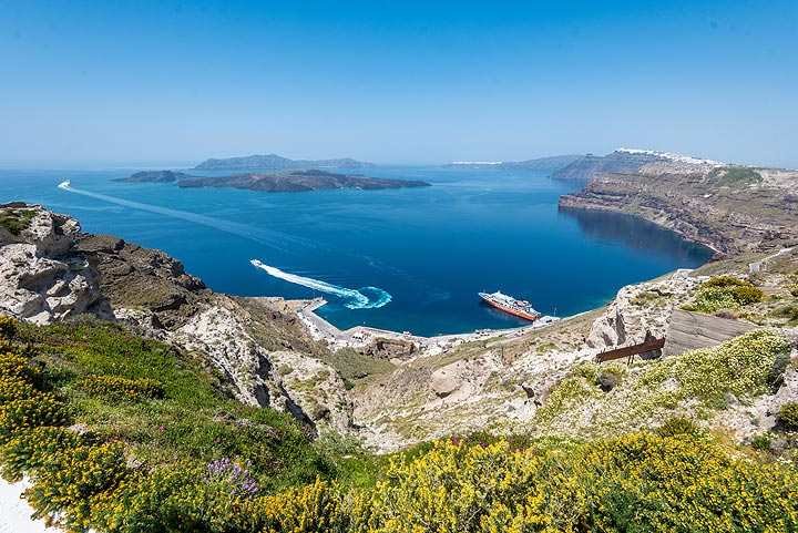 View of Athinios harbour from above - built on the shore of the pre-volcanic basement island. (Photo: Tom Pfeiffer)