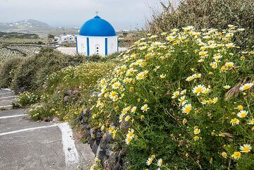 Small church with one of Santorini's famous blue domes at the beginning of an old mule path. (Photo: Tom Pfeiffer)