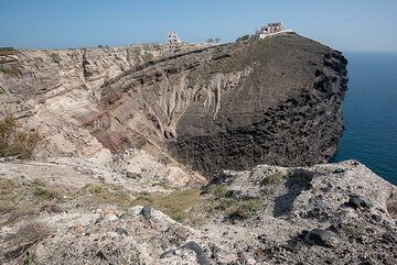 After a prolonged lunch and a good coffee, we continue our walk, having a look at the spectacular formation of Mavro Vouno (black mountain), an eroded rest of submarine breccia. (Photo: Tom Pfeiffer)