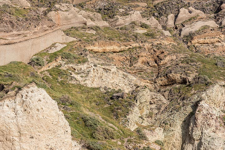 Much younger pyroclastic layers have draped the older volcanic units. (Photo: Tom Pfeiffer)