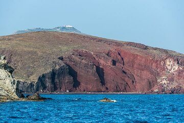 The red beach cinder cone with the peak of the island in the background. (Photo: Tom Pfeiffer)
