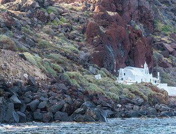 As we sail around the corner, we approach the beautiful chapel of Agios Nikolas. (Photo: Tom Pfeiffer)