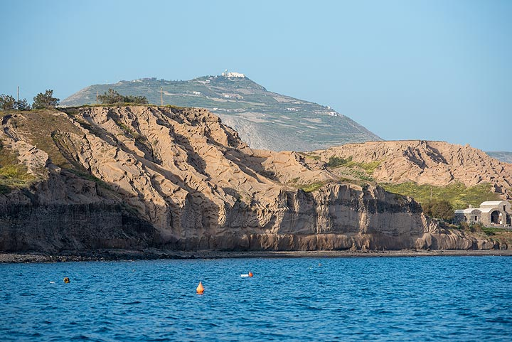 View of the southern coast with the prominent cliff composed entirely by deposits from massive pyroclastic flows during the Minoan eruption about 3600 years ago. (Photo: Tom Pfeiffer)