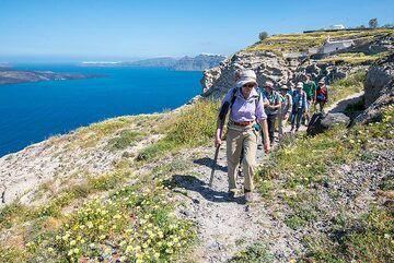 Walking along the caldera trail. (Photo: Tom Pfeiffer)