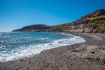 Present-day beach on the south coast near the prehistoric settlement. (Photo: Tom Pfeiffer)