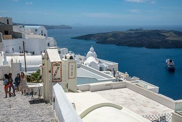 The terrace beneath the cathedral of Fira is a popular meeting point, with gorgeous view over the old part of the town, dominated by Agios Minas chapel, and the caldera. (Photo: Tom Pfeiffer)
