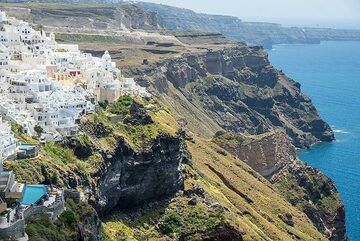 View of the old part of Fira from near the cable car station. (Photo: Tom Pfeiffer)