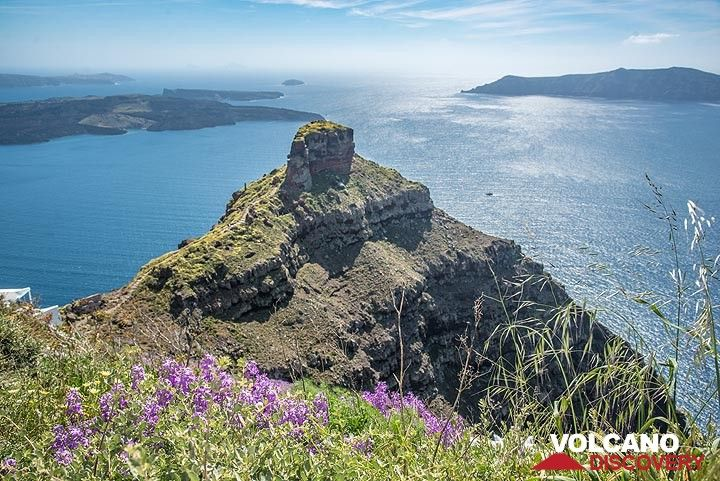 View over the caldera from Imerovigli, with Skaros in foreground. (Photo: Tom Pfeiffer)