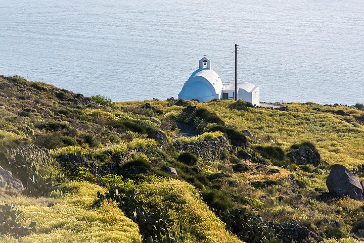Another small chapel along the way to Oia (Photo: Tom Pfeiffer)
