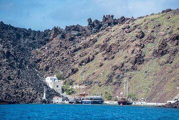 Taxiarches harbour on Nea Kameni (Photo: Tom Pfeiffer)