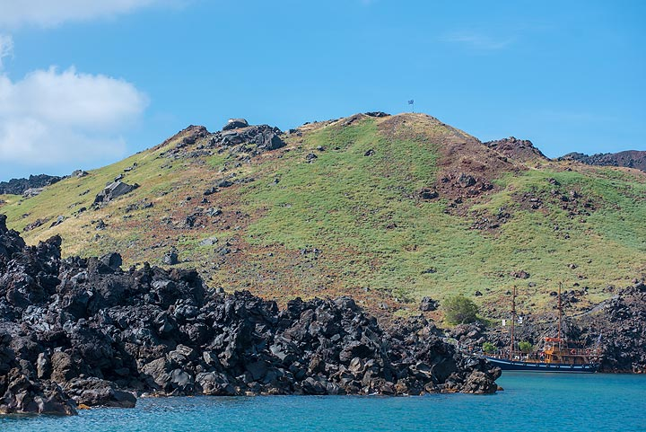 Green cone of Mikri Kameni (1570-73 AD) surrounded by the 1925 lava flows. (Photo: Tom Pfeiffer)