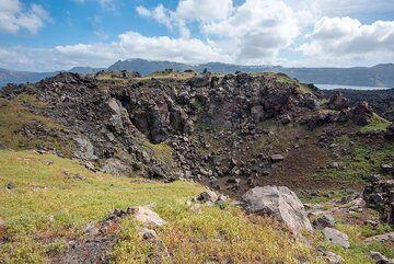 Explosion crater on the summit of Mikri Kameni lava dome. (Photo: Tom Pfeiffer)