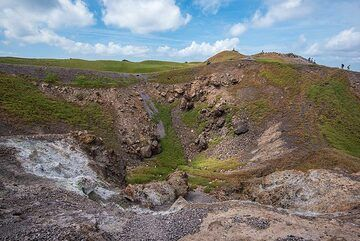 Bleached ground and salt deposits at the rim of Georgios crater due to fumaroles. (Photo: Tom Pfeiffer)