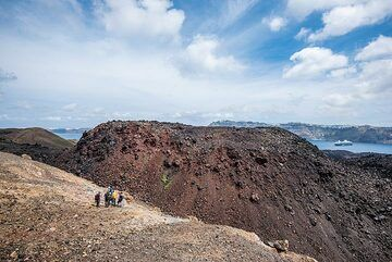 On one of the days during our geologic walking tours, depending on sea and weather conditions, we take the time to visit the historic volcanic islands of Nea and Palea Kameni in depth. The following shows some impressions from this excursion from 1 May 2019, and includes a dramatic weather display in the afternoon, caused by the arrival of moist warm air masses from Africa. Fortunately, this remained only a visual display and played out entirely high above in the atmosphere without affecting the ground. (Photo: Tom Pfeiffer)