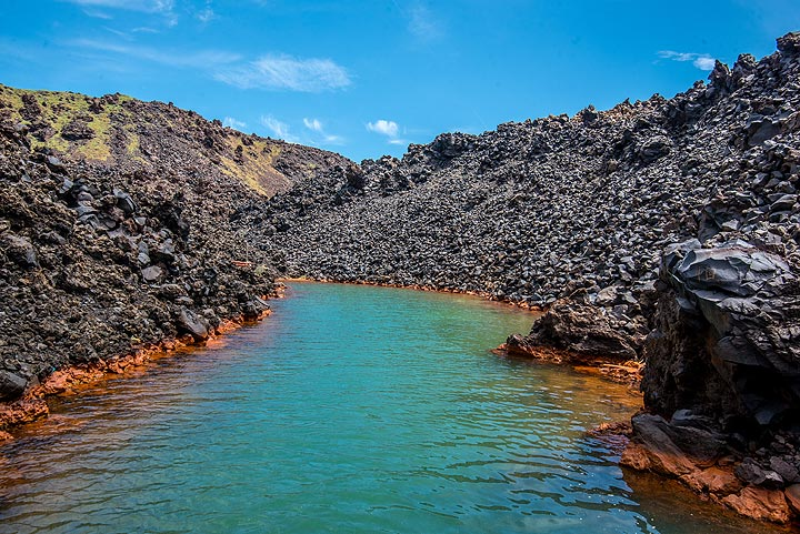 A small, narrow bay with warm underwater springs is our next destination. (Photo: Tom Pfeiffer)
