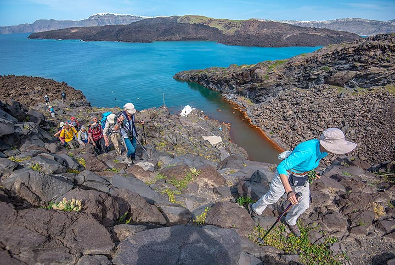 Climbing to the summit plateau of Palea Kameni (Photo: Tom Pfeiffer)