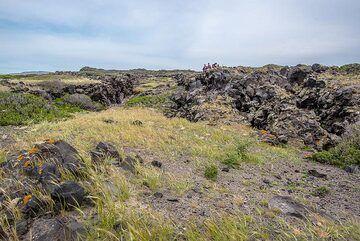 Small tectonic graben extending about 100 m along the center of Palea Kameni. (Photo: Tom Pfeiffer)