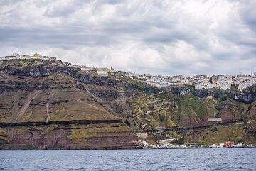 View towards the caldera with Fira town on the way back. (Photo: Tom Pfeiffer)