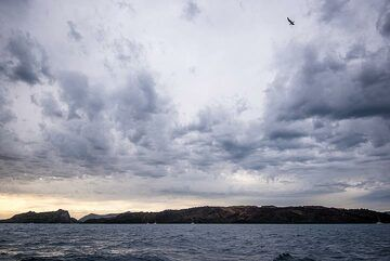 View back north towards the volcanic islands. (Photo: Tom Pfeiffer)