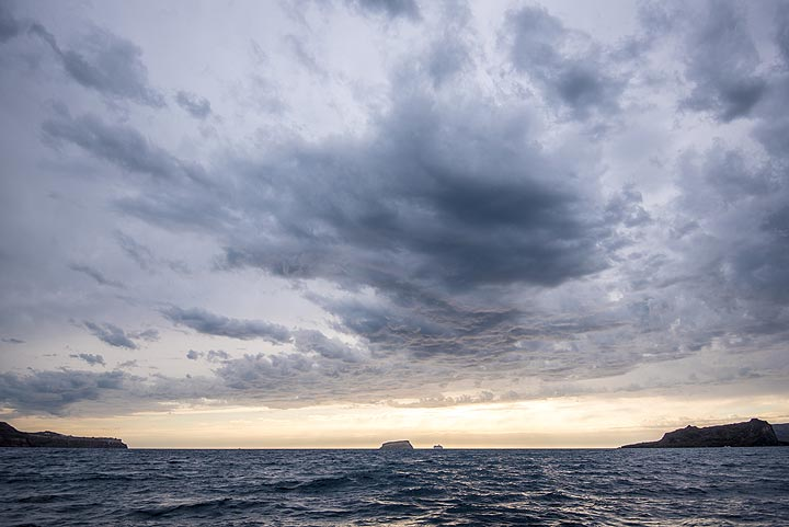 However, a clear western sky tells that the passing weather front is not very intense. (Photo: Tom Pfeiffer)