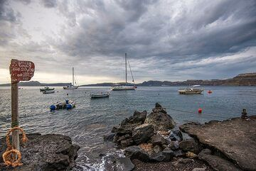 Back at the Apothikes beach, with Sostis sign post and sailing boats anchored nearby. (Photo: Tom Pfeiffer)