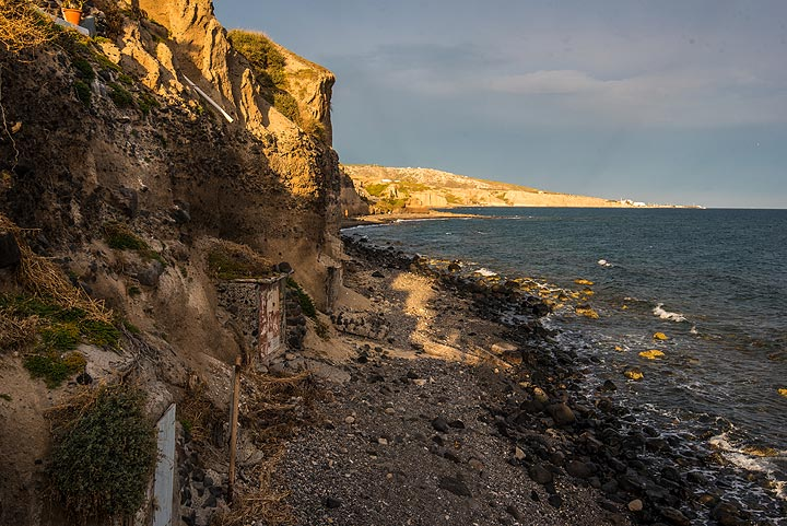 The cliff is formed entirely by the deposits of massive pyroclastic flows during the 1600 BC Minoan eruption. (Photo: Tom Pfeiffer)